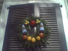 Christmas Past - Window Decorations in Colonial Virginia (Pushapoze (MASA)) Tags: williamsburgva wreath christmasdecor apples oranges cloves physalis