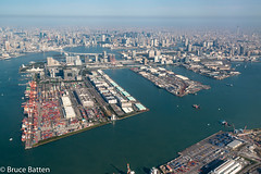 171027 HND-NGO-02.jpg (Bruce Batten) Tags: vehicles northpacificocean subjects transportationinfrastructure buildings aerial businessresearchtrips shadows locations tokyobay rainbow trips occasions oceansbeaches urbanscenery honshu bridges boats japan rivers