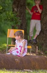 Un amour secret ? (phonia20) Tags: enfants child colors regard bokeh children look histoire story scene pentax tamron