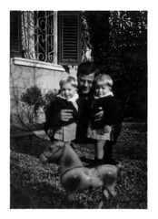 nonno Filippo con i gemelli - Vicenza dicembre 1936 (dindolina) Tags: fotografia photo blackandwhite bw biancoenero monochrome monocromo vintage annitrenta 1930s italy italia family famiglia vignato history storia gemelli twins 1936 vicenza veneto thirties