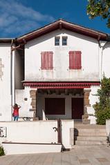 BASTIDE CLAIRENCE-103 (MMARCZYK) Tags: rouge pays basque france nouvelleaquitaine pyrénéesatlantiques bastideclairence 64 architecture vernaculaire colombage bastide navarre