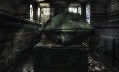 Im Mausoleum (ellen-ow) Tags: friedhof locations mausoleum sarg coffin gebäude cemetery grabmal urban urbex verlassen alt marode lostplace abandoned decayed urbanexploration ellenow nikond4 gruselig architektur
