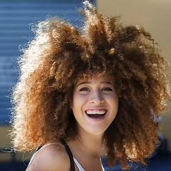 Portrait (D80_492036) (Itzick) Tags: telavivoct2017 candid color colorportrait portrait smile hairstyle streetphotography youngwoman d800 itzick