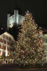 Weihnachtsbaum auf dem Rathausplatz und im Hintergrund das Schloss Thun ( Baujahr um 1190 durch die Zähringer - château castello castle ) in der Altstadt - Stadt Thun im Berner Oberland im Kanton Bern der Schweiz (chrchr_75) Tags: christoph hurni schweiz suisse switzerland svizzera suissa swiss chrchr chrchr75 chrigu chriguhurni chriguhurnibluemailch dezember 2017 dezember2017 albumzzz201712dezember thun thoune stadtthun albumstadtthun kanton bern bärn kantonbern berner oberland berneroberland stadt city ville kaupunki città シティ stad ciudad albumschlossthun schlossthun schloss château castle weihnachtsbaum weihnachten weihnachtsfest kerstboom christmas tree arbre de noël albero di natale albumregionthunhochformat thunhochformat hochformat