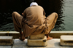 17105136 (felipe bosolito) Tags: india delhi jamamasjid fridaymosque person back water washing braun symmetry fuji xpro2 xf1655 velvia
