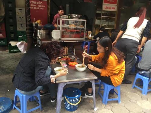 Il est très courant au Vietnam de manger dans la rue. Un Pho par exemple !