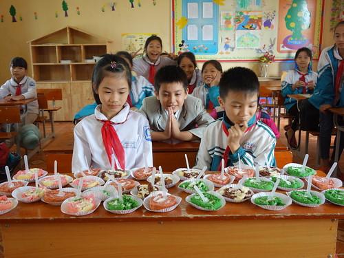 Et tout le monde a l'air impatient de déguster les gâteaux vietnamiens !