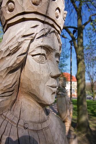 Figury na południe od zamku w Łęczycy