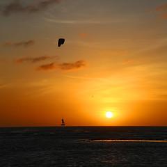 Flying over the horizon (alestaleiro) Tags: fly flying voador sailing kite surf kitesurf jericoacoara jeri mar ocean mer oceano pôrdosol tramonto sun sol sole controluce contraluz atardecer ocaso navegar paz alestaleiro
