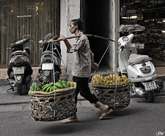 Hanoi (Vietnam) (Guy World Citizen) Tags: ngc street vendor fruits bananas basket people hanoi vietnam