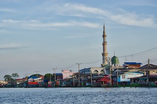 Mosque by the Chao Phraya river opposite Koh Kret