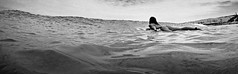 A surfistinha (alestaleiro) Tags: surfer surfista girl but bunda prancha tabla mar back bw monochrome agua water mer ocean sea seascape wave onda ola alestaleiro