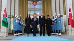 الرئيس التركي رجب طيب أردوغان والسيدة عقيلته في استقبال جلالة الملك عبدالله الثاني وجلالة الملكة رانيا العبدالله في القصر الرئاسي في انقرة (Royal Hashemite Court) Tags: kingabdullahii جلالة الملك عبدالله الثاني turkish president recep tayyip erdoğan الرئيس التركي رجب طيب أردوغان jordan الأردن turkey تركيا
