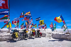Some great flags planted in the middle of the salar de uyuni