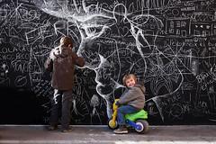 Regálame una sonrisa (Helena de Riquer) Tags: nens niños children enfants filhos bambini 子供たち 孩子 somriure sonrisa smile flickr helenaderiquer 2016 carlzeiss blackboard pizarra outdoor pissarra dibuix dibujo drawing sony sonydschx300 candid