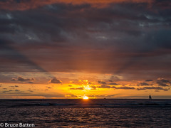 171208 Honolulu-08.jpg (Bruce Batten) Tags: usa glitter northpacificocean sunsets crepuscularrays subjects reflections cloudssky atmosphericphenomena boats hawaii sun locations trips occasions celestialobjects vehicles oceansbeaches businessresearchtrips honolulu unitedstates us
