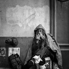 Time for a Smoke (Dj Poe) Tags: leica leicammonochrom andrewmohrer djpoe 2017 bw blackandwhite blancoynegro city nyc ny newyorkcity monochrome zeiss carlzeisslenses planart250 zm availablelight street streets candid zeisscameralenses people manhattan
