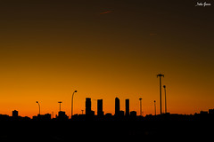 Siluetas en Madrid (Jotha Garcia) Tags: sunset sky city madriz madrid siluetas contraluz lines backlighting silhouettes torres towers jothagarcia nikond3200 noviembre otoño november autumn 2017 nikkor180550mmf3556