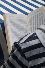 Lire entre les lignes (martine_ferron) Tags: livre lecture rayures lignes