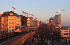 Die Elbphilharmonie (Klaus Z.) Tags: eisenbahn ubahn hamburg landungsbrücken elbphilharmonie
