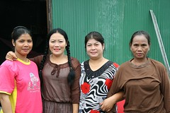 four ladies (the foreign photographer - ฝรั่งถ่) Tags: four ladies standing friends khlong thanon portraits bangkhen bangkok thailand canon