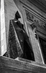 Figure vêtue d'une cape IX (Paul Leb) Tags: statue montréal québec canada sculpture estatua figure vêtue cape lynn chadwick noiretblanc blackandwhite nb bw