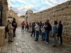 31 - Zarándokok Mária Elszenderülésének temploma előtt / Pútnici pred Kostolom usnutia Panny Márie