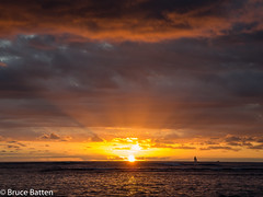 171208 Honolulu-06.jpg (Bruce Batten) Tags: usa glitter northpacificocean sunsets crepuscularrays subjects reflections cloudssky atmosphericphenomena boats hawaii sun locations trips occasions celestialobjects vehicles oceansbeaches businessresearchtrips honolulu unitedstates us