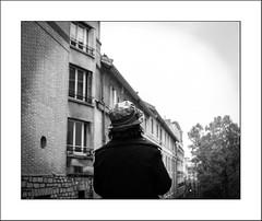 La dame au chapeau (Panafloma) Tags: 2017 architecturebatiments famille france géographie montmartre nadine nadinebauduin natureetpaysages objetselémentsettextures paris personnes portraitposeanonymes techniquephoto végétaux chapeau femme fenêtres photoderue province streetphoto streetphotography tissusvêtementschaussures fr