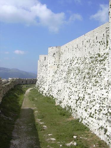 Crac des Chevaliers, Auf der Äusseren Burgmauer