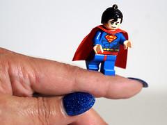 Supermen (ingrid eulenfan) Tags: fingertip ndexfinger zeigefinger lego supermen makro macro sonya77ii 90mm blau blue fingernailpolish