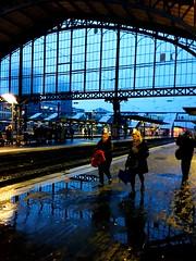 Il faut rentrer.. (fourmi_7) Tags: gare train ter lille railles transport trajet wagon quai voyageurs lilleflandre hautsdefrance ligne eau pluie