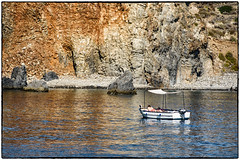 Panarea , baia di Cala Junco ... (miriam ulivi) Tags: miriamulivi nikond7200 italia sicilia sicily isoleeolie panarea baiadicalajunco mare sea barca boat people nature scogliera cliff riflessi reflections
