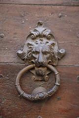 Battiporta leone torto (luc.feliziani) Tags: battiporta leone legno portone toscana artigianato fonderia montepulciano antico chiodi ruggine