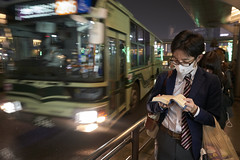 En attendant le bus [ Kyoto ~ Japon ] (emvri85) Tags: d850 zeiss 25mm japon japan kyoto kyōto 京都市 kyōtoshi bus japonais japanese masque livre book nuit night nocturne