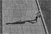 der Schatten (geka_photo) Tags: gekaphoto köln nordrheinwestfalen deutschland rheinufer frau menschen streetphotography schwarzweis bw