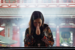 The temple (Stefan Gyllenhammar) Tags: tokyo japan oktober october 2017 nikon d7100 stefan gyllenhammar girl praying flick ber bedjer asakusa tempel temple smoke rök japanese japanska asien asia