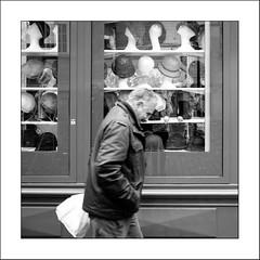 L'homme sans chapeau.. (Panafloma) Tags: 2017 architecturebatimentsmonuments bandw bw bâtiments famille france géographie montmartre nadine nadinebauduin natureetpaysages objetselémentsettextures paris personnes portraitposeanonymes techniquephoto végétaux blackandwhite chapeau homme magasin noiretblanc noiretblancfrance personne photoderue province streetphoto streetphotography tissusvêtementschaussures fr