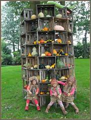 Gleich fällt der Turm um ... (Kindergartenkinder) Tags: kindergartenkinder annette himstedt dolls annemoni sanrike tivi hofladen kürbis