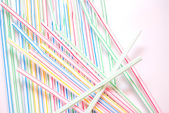 Nahaufnahme von bunten Trinkhalmen vor weißem Hintergrund (marcoverch) Tags: fun colorful closeup stripe straw isolated background pattern drink nahaufnahme bunt trinkhalm weiserhintergrund abstract abstrakt art kunst design noperson keineperson desktop muster illustration graphic grafik line linie color farbe texture textur wallpaper tapete shape gestalten streifen graphicdesign grafikdesign paper papier geometric geometrisch creativity kreativität artistic künstlerisch motley leica bnw españa contrast boeing deutschland india countryside maitreya cold