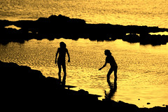 come in (Wackelaugen) Tags: silhouettes girls water gold sunset laspalmas grancanaria spain europe canaries canaryislands canaryisles canon eos photo photography wackelaugen