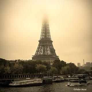 Brouillard sur la Tour Eiffel (1/2)