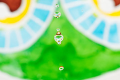 Hiboux (Elisabeth Lys) Tags: water blue yellow green macro nikon d7200 colors sigma 105mmf28 highspeedphotography hightspeedphoto droplet gouttes