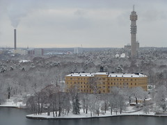 Winter in Stockholm (skumroffe) Tags: djurgården manillaskolan kvarnholmen kaknästornet tower torn school skola winter vinter snö snow building structure byggnad nacka stockholm sweden tvtower torre tour campusmanilla manilla campus kranförare cranedriver craneoperator kranführer kranfahrer