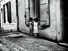 L'heure du goûter... (francis_bellin) Tags: provence été 2017 noiretblanc street jeux concert rue jeunes soir arles bouchesdurhône quartierdelaroquette