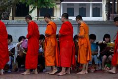 2017_04_27LuangPrabangMönche10 (Andi [アンデイ]) Tags: laos travel travelphotography street streetphotography seasia southeastasia lao newyear savhannaket vientiane vangvieng luangprabang canon sigma sigmaa nature village rural buddhism