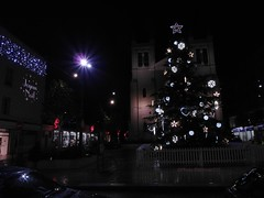 Sapin de Noel (Norman555) Tags: artistique art light lumiere photo photography photographe rue regard exposition allier arbre road urban street streetlevelphoto streetphotography streetphoto streetphotographer flickr france lumière city ville vichy beautiful bourbonnais beau norman nature 03