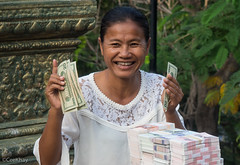 Money changer Wat Phnom (Never.Stop.Searching.) Tags: cambodia phnompenh faces people streetscenes