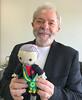 Lula com o presente recebido de Andrea Titos. (institutolula) Tags: lula amigurumi crochê crochet luizinácioluladasilva perfil ricardostuckert