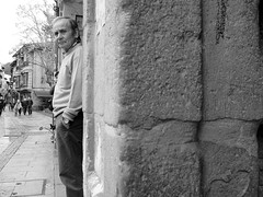 Mirada (no sabemos cómo llamarnos) Tags: street candid streetphotography stranger photoderue people fotourbana fotocallejera urbanphotography urban blancoynegro blackandwhite noiretblanc monochrome monocromático man homme hombre
